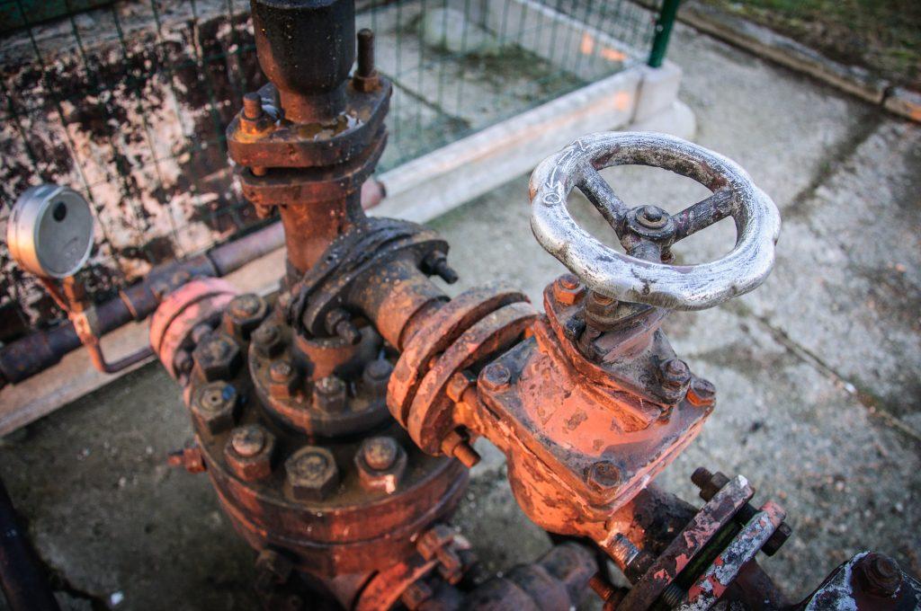 Pompowana ropa naftowa trafiała z podziemi odpowiednimi przewodami prosto do zbiorników